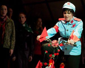 KOMMILITONEN! (P.M. Davies), Rolle: Zhou, Stadttheater Gießen - Foto: Rolf K. Wegst